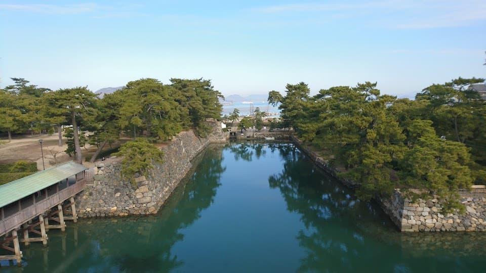 鯛が優雅に泳ぐ「高松城跡」を散歩してきた|ともらん