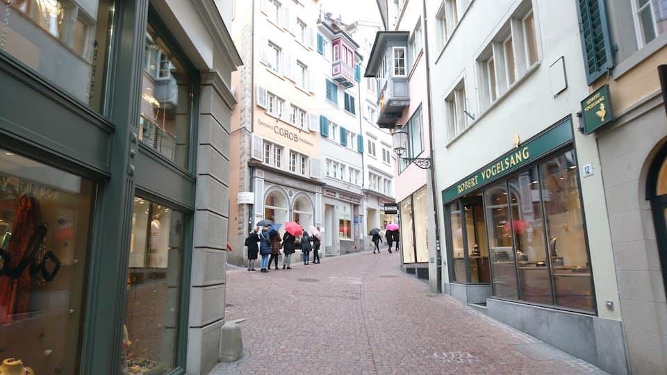 チューリッヒ旧市街を駆け抜け、坂の上の「リンデンホーフの丘」で一休み