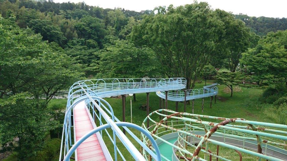 東京から2時間。大自然の中で全長80Mのすべり台やアスレチックが無料で遊べる「沼尾川親水公園」