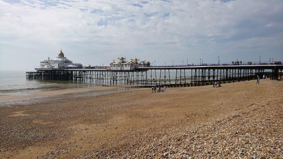ロンドンから日帰り可能。イギリス南端のビーチリゾート「イーストボーン」を走る