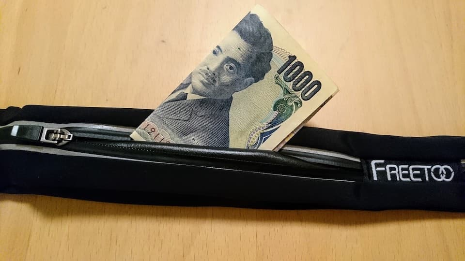 FREETOO ランニングポーチ レビュー・評価:千円以下で買える2ポケット「防水」ポーチ