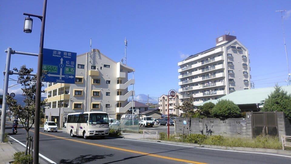 ビルの合間に見える富士山
