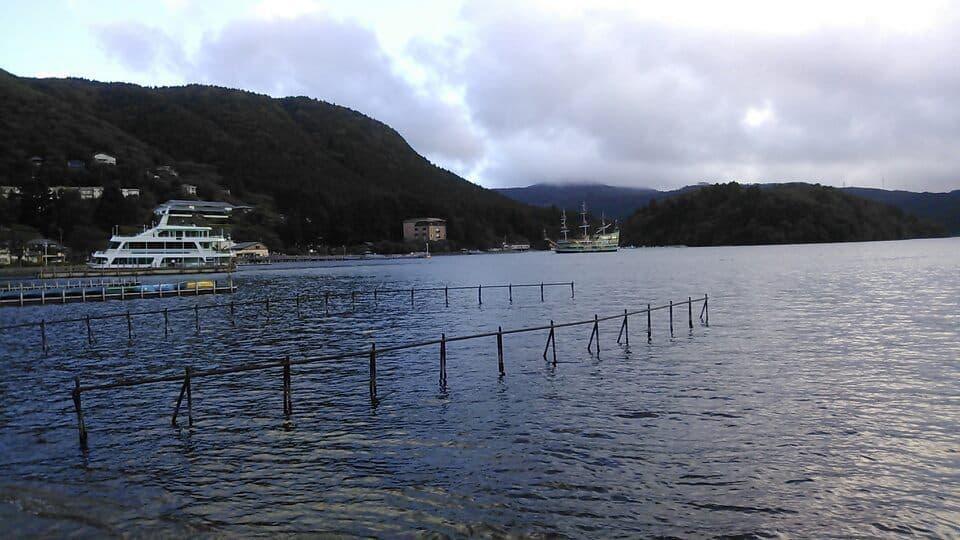 芦ノ湖の湖畔