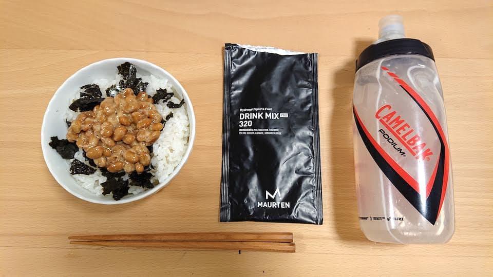 納豆ご飯とモルテンのドリンク
